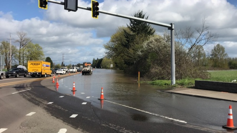 Flooding impacts intersection of Oregon Hwy 34 and U S  Hwy 20 in